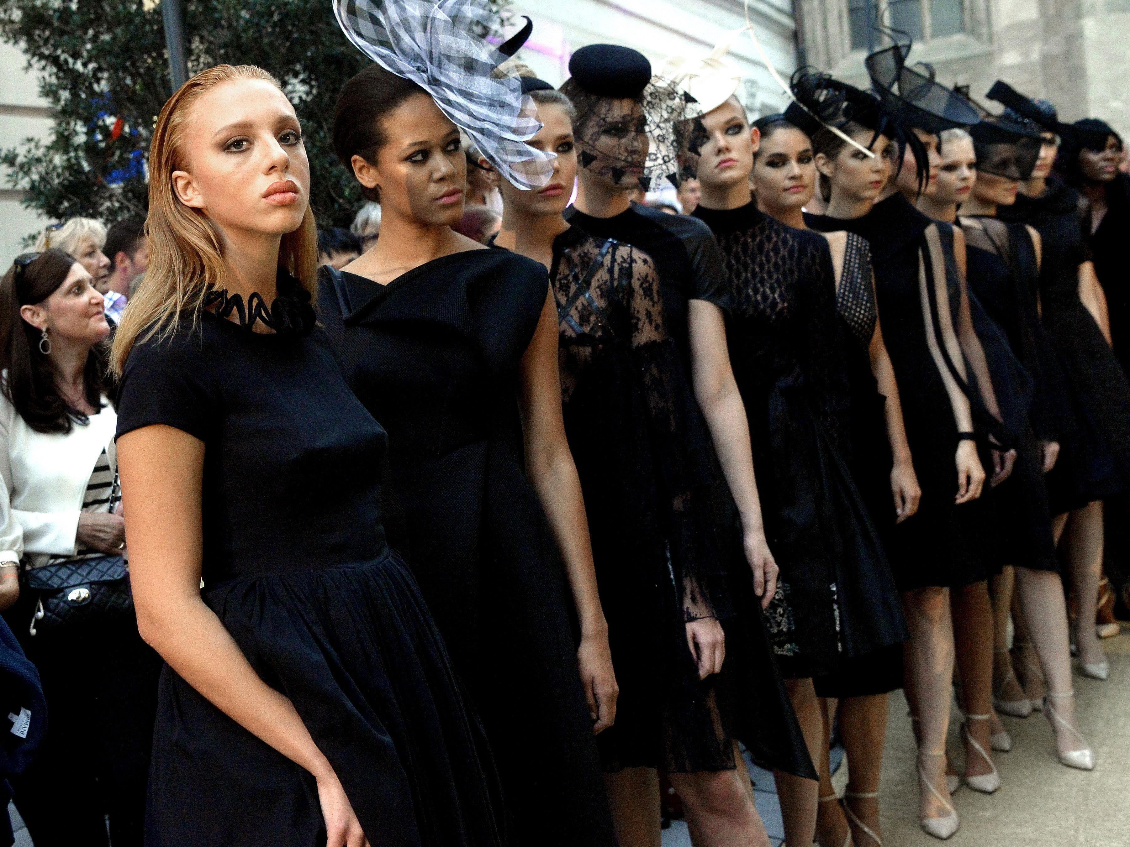 Anna Ermakova-Becker (ganz l.) und Model-Kolleginnen bei der Vogue Fashion's Night Out in Wien
