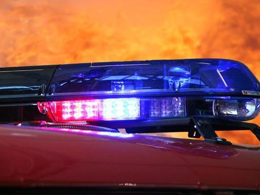 Zwei Pkw-Insassen verbrannten bei einem Verkehrsunfall, ihre Identität konnte noch nicht geklärt werden.