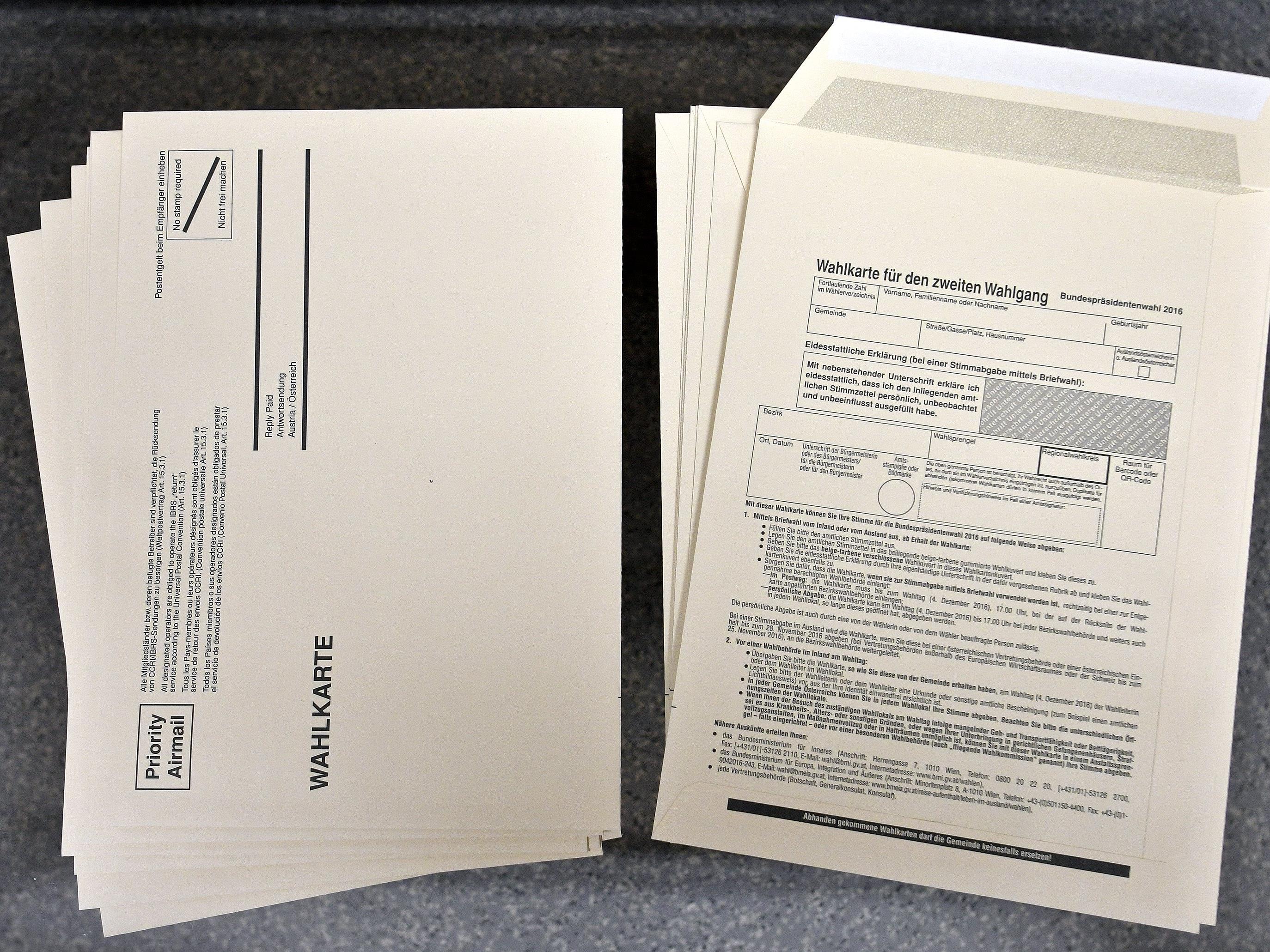 Stimmzettel und Wahlkarten-Kuverts sind für einen neuen Anlauf der Wahl bereit.