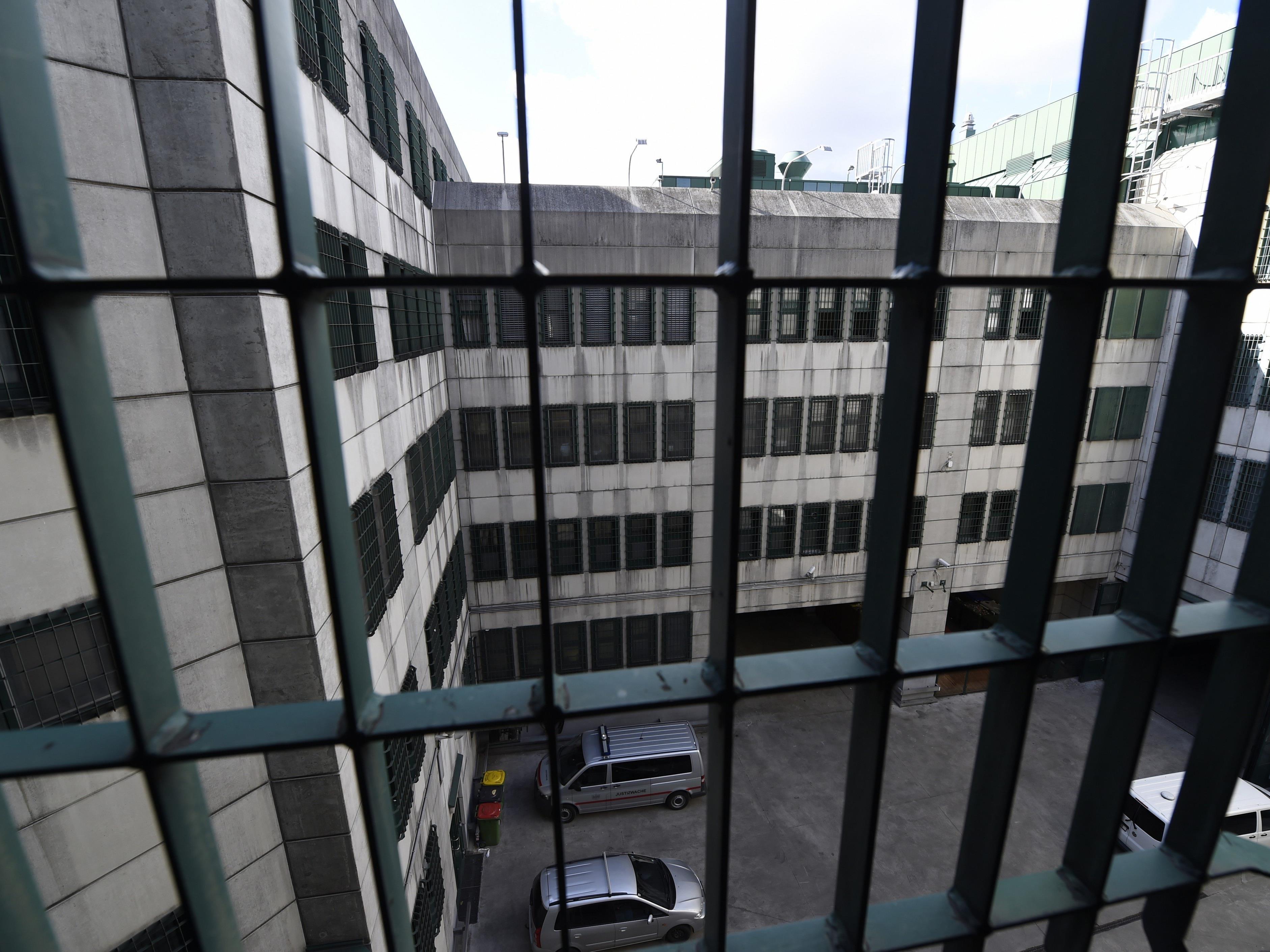 Ein Häftling hat eine Matratze in der Justizanstalt Wien-Josefstadt in Brand gesteckt.