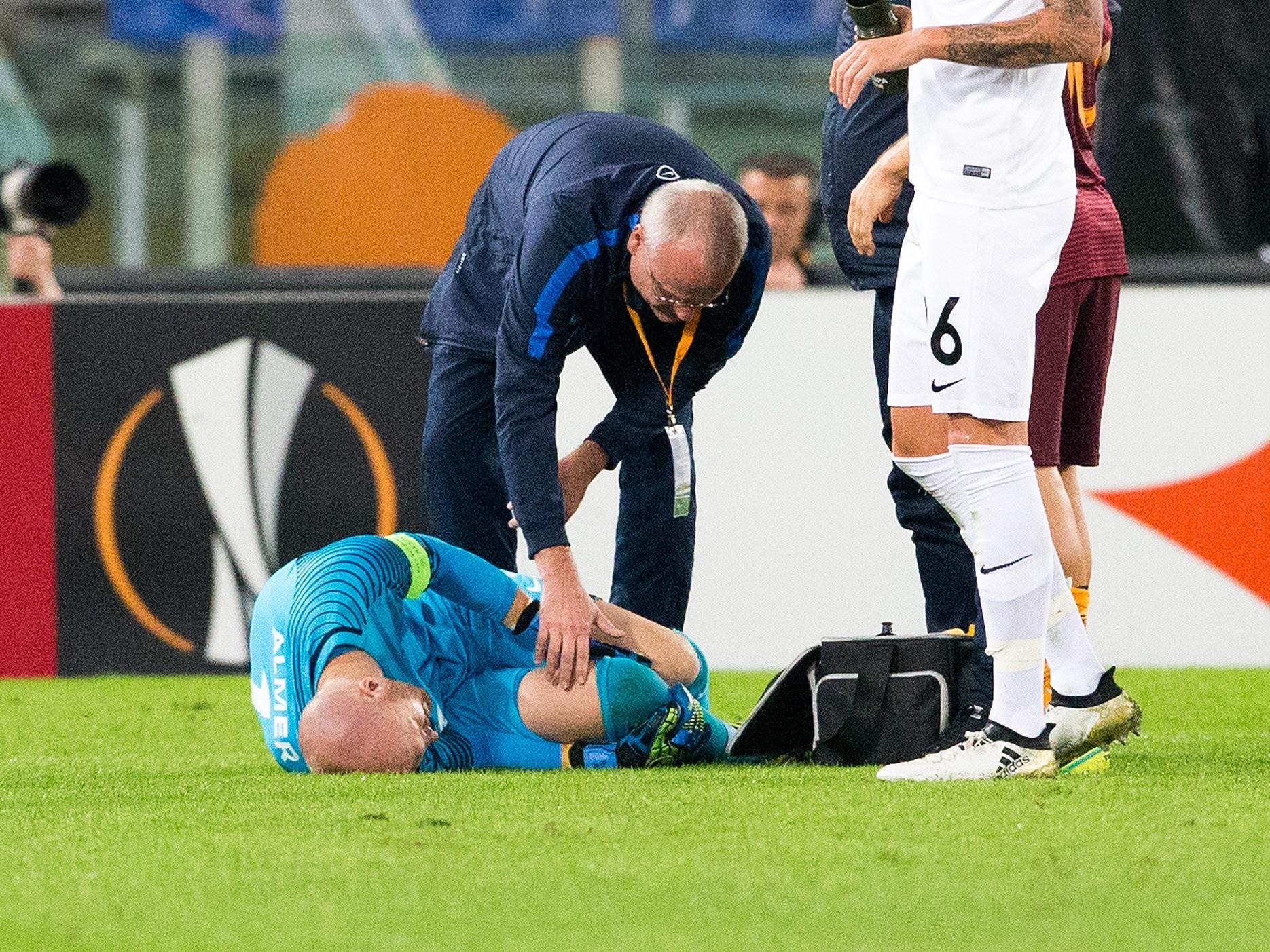Austria Wien-Torhüter Robert Almer verletzte sich im Spiel gegen AS Roma am Knie.