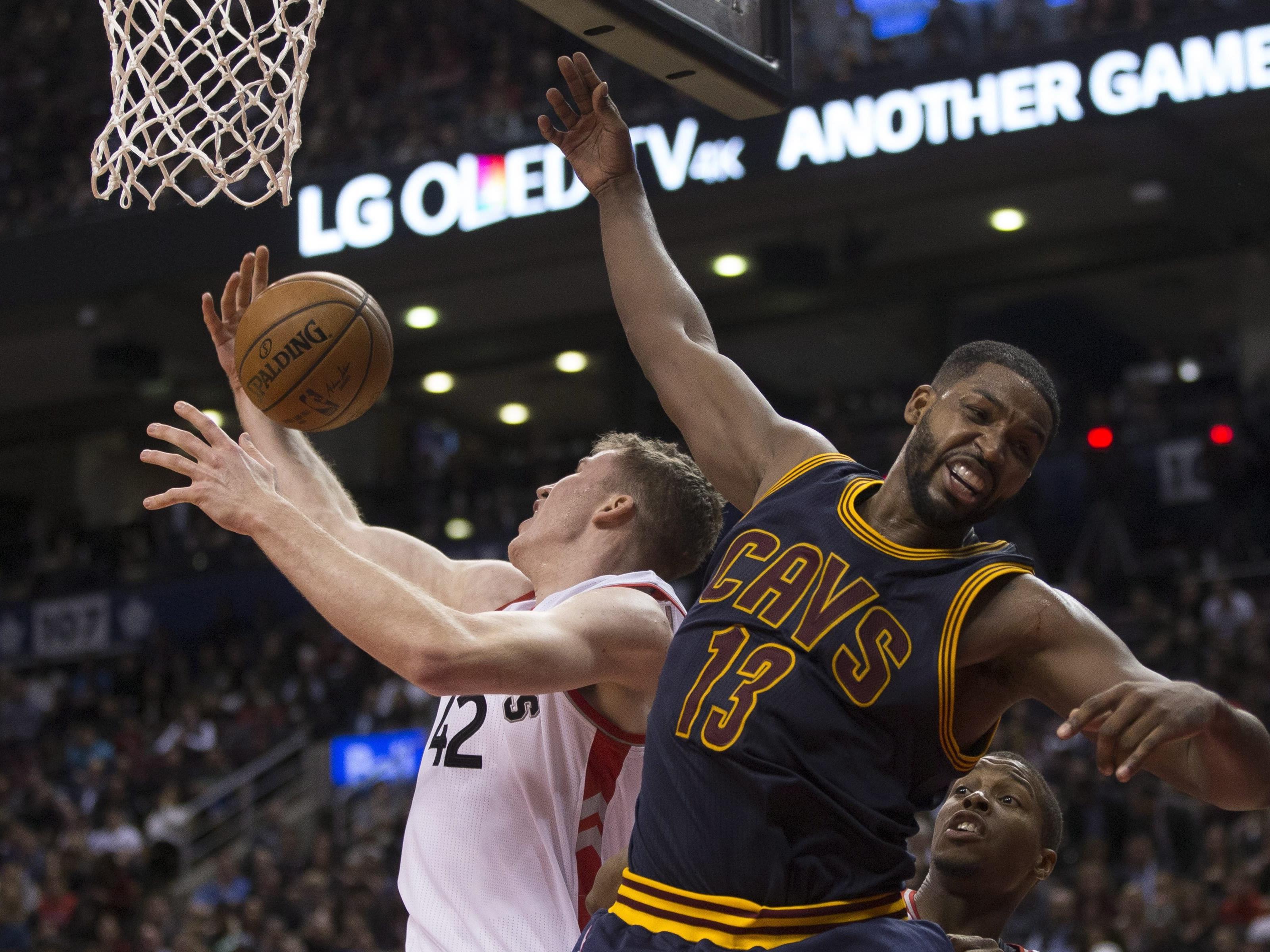 NBA-Rookie Jakob Pöltl gegen Cavaliers-Center Tristan Thompson