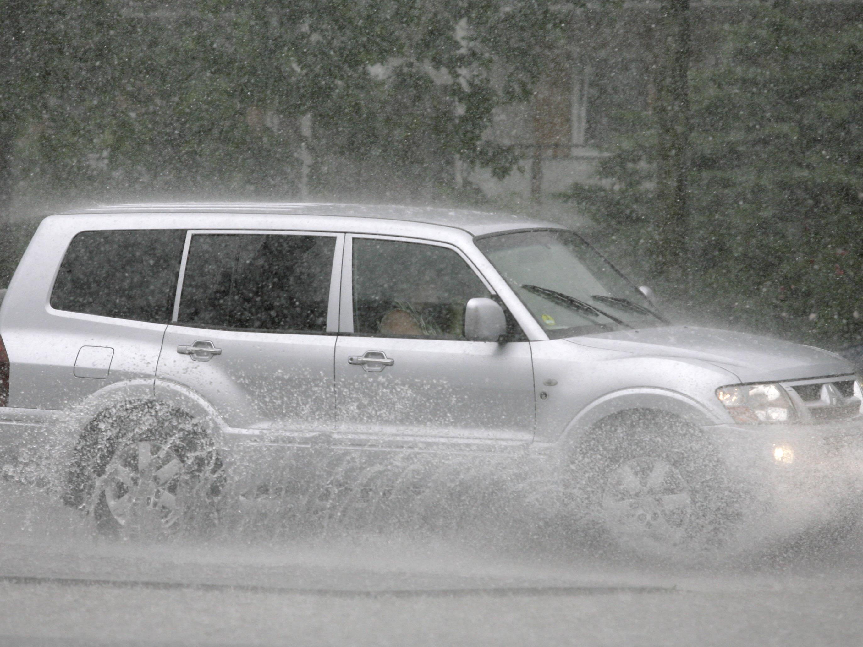 Schlechtes Wetter erhöht das Unfallrisiko im Straßenverkehr.Schlechtes Wetter erhöht das Unfallrisiko im Straßenverkehr.