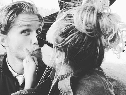 Kaley Cuoco zeigt auf Instagram, wie lieb sie alle hat.