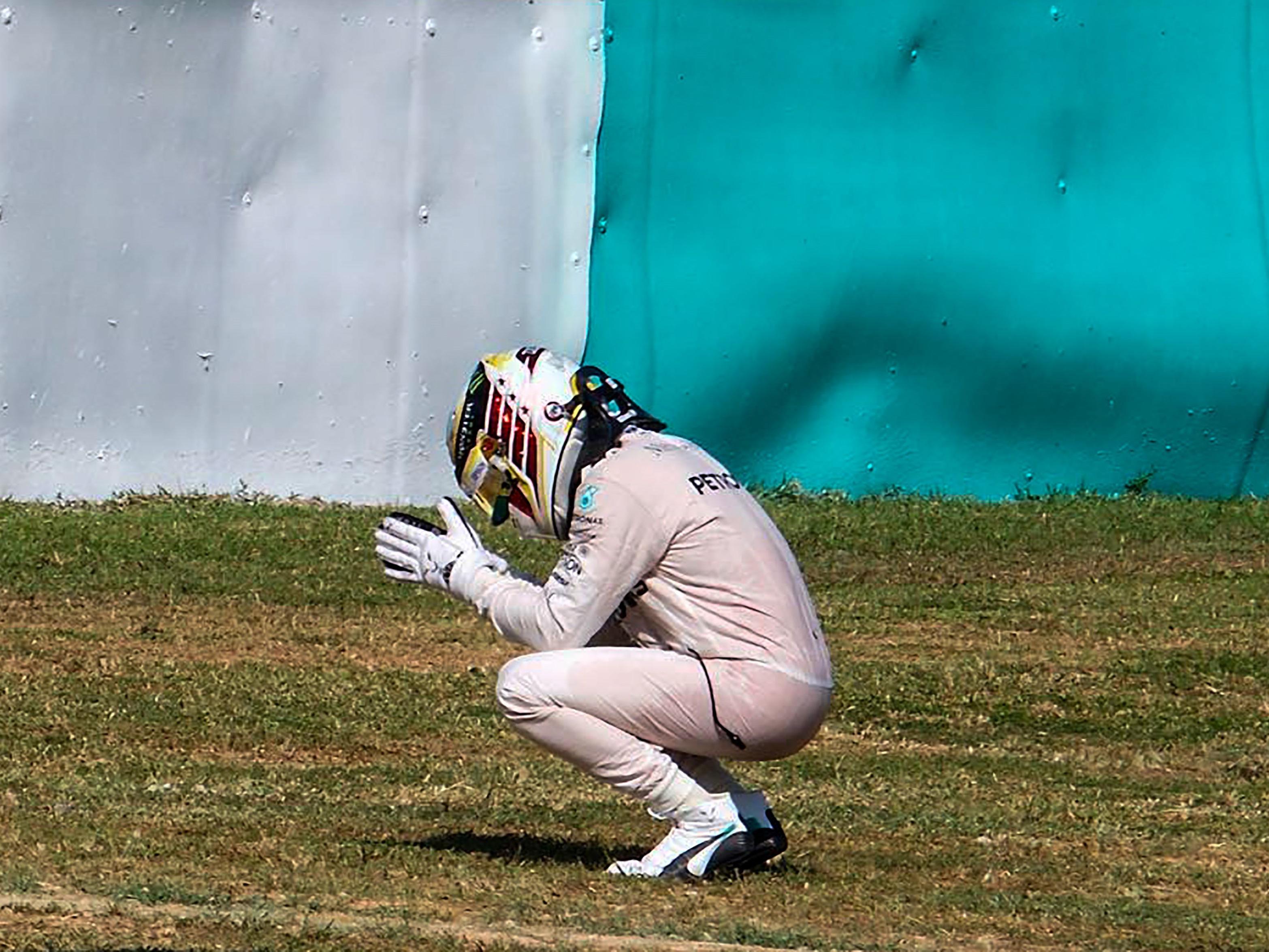 Lewis Hamilton am Boden nach seinem Aus in Malaysia.