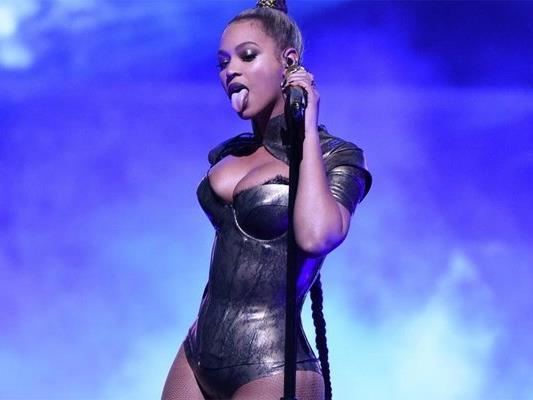 Die Sängerin ließ sich durch ein blutendes Ohr nicht von ihrer Performance ablenken.
