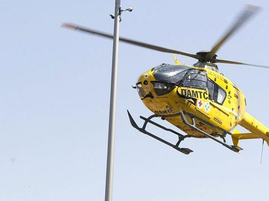 """Mit dem """"Christophorus 9"""" musste die junge Frau ins Spital geflogen werden"""