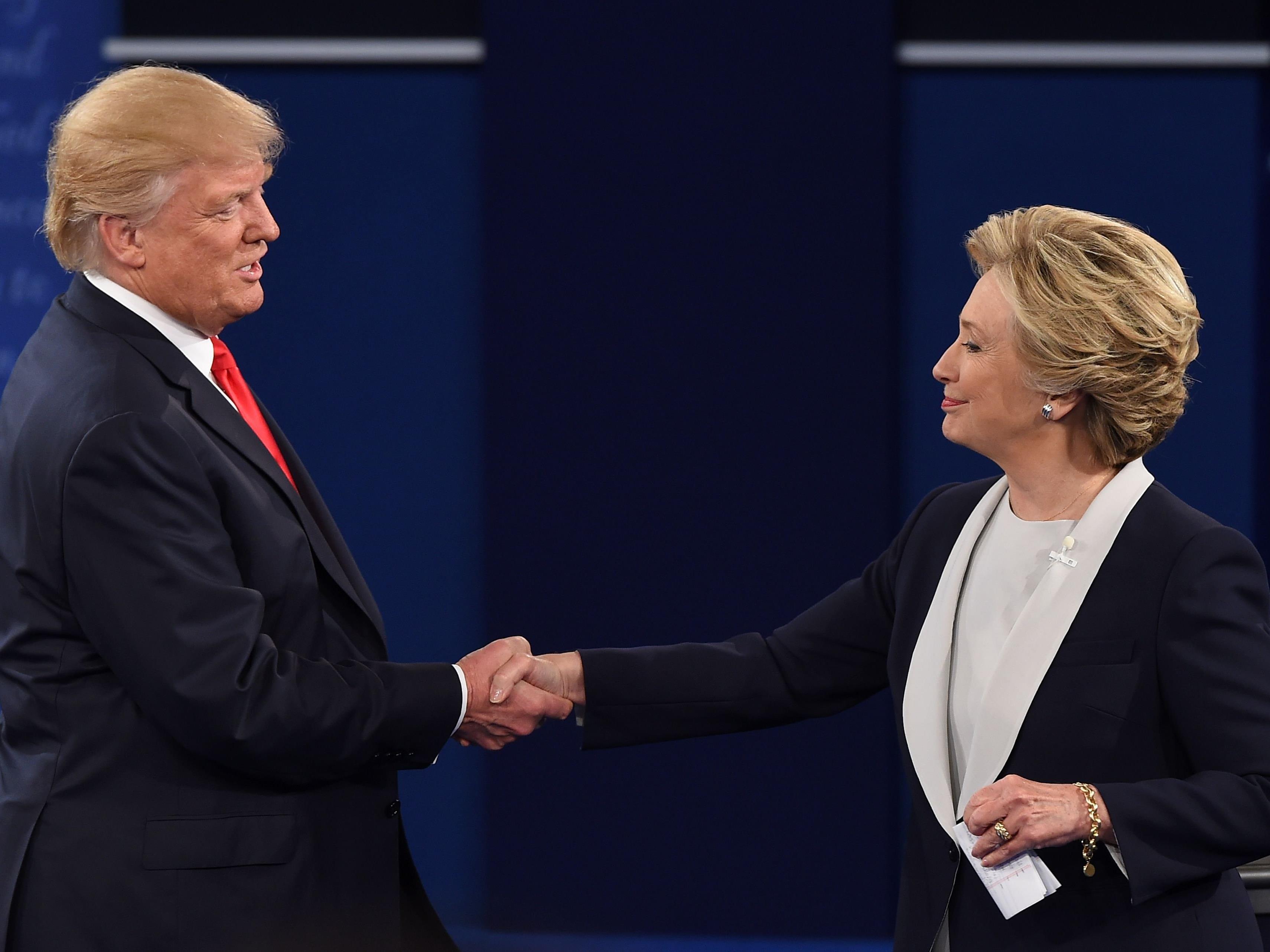Auf den Handschlag mussten die Zuschauer bis auf das Ende der Debatte warten