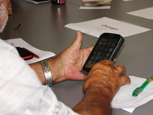 Experten erklären Senioren die Funktionen des Smartphones.