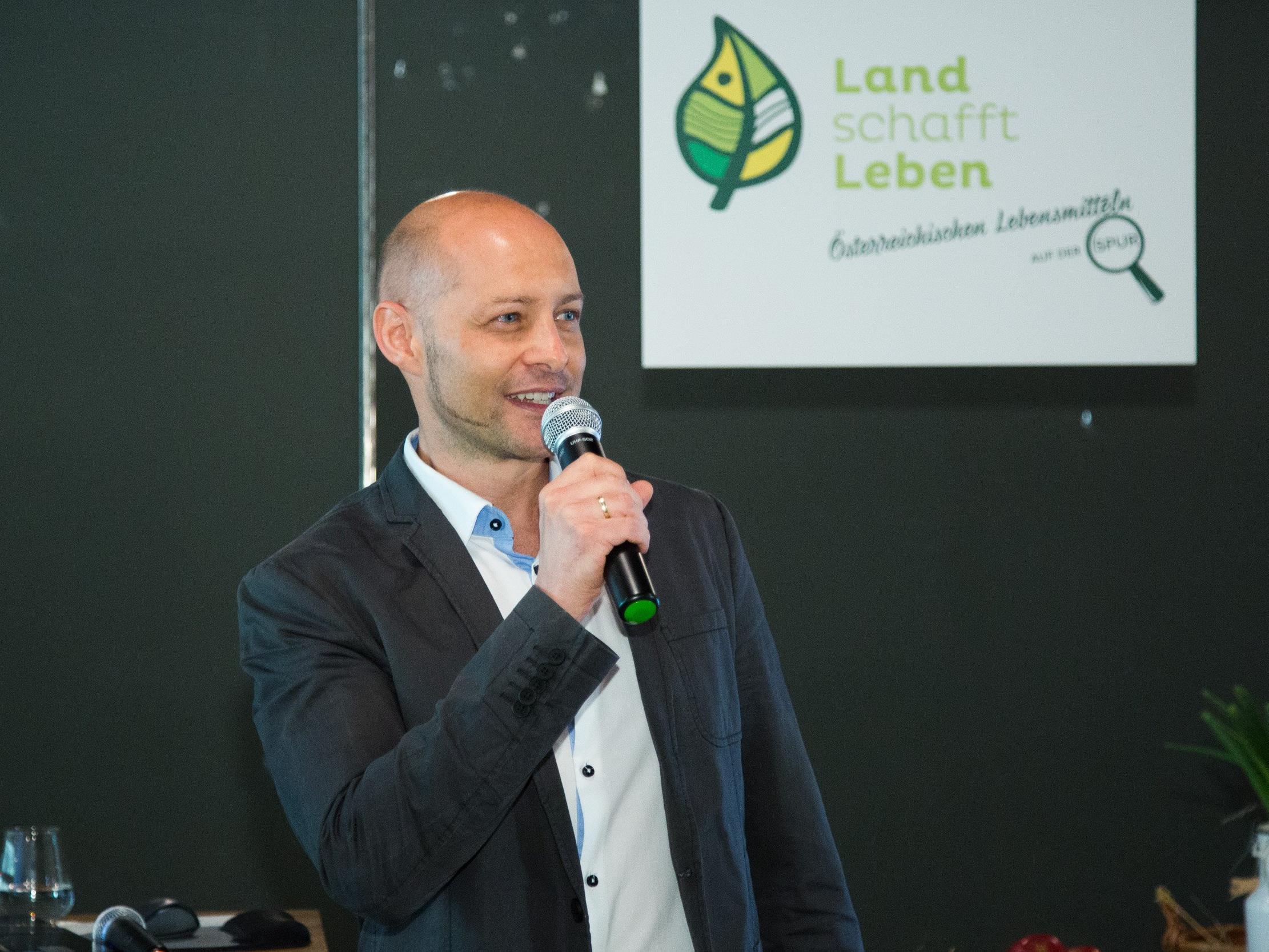 Gesprächspartner & Gründer von Land schafft Leben Hannes Royer bei der ersten Pressekonferenz