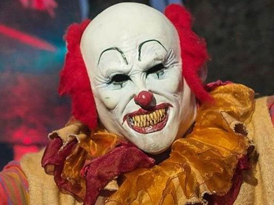 Plötzlich stürmte ein Clown in den wartenden Bus.