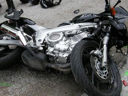 Der Motorradfahrer wurde bei dem Unfall in Wien-Umgebung schwer verletzt.