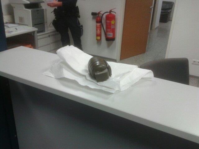Der Mann legte den Beamten eine Handgranate auf das Stehpult.