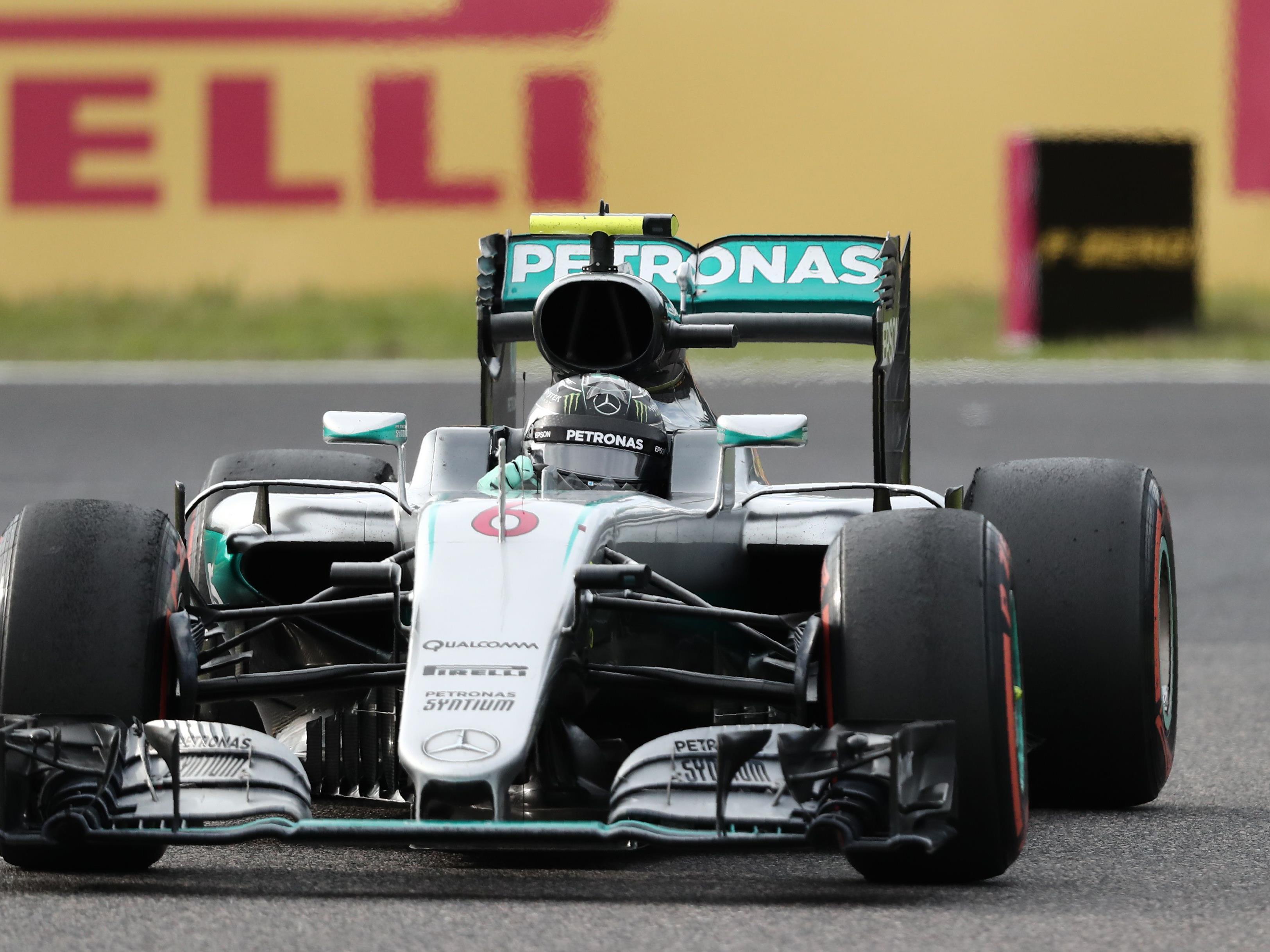 Hamilton nach verpatztem Start hinter Red Bulls Verstappen nur Dritter.