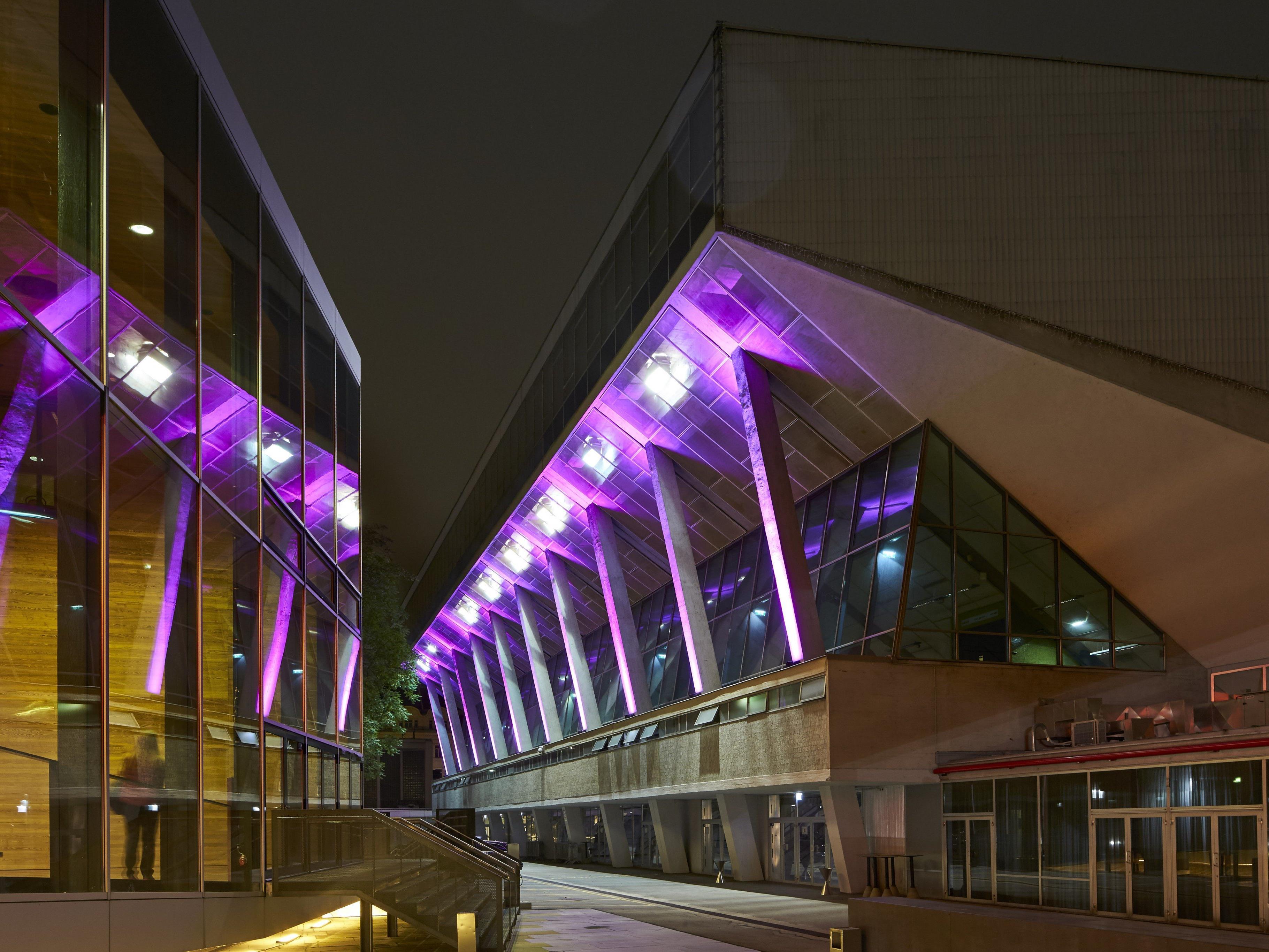 Die Stadthalle leuchtete in Pink.