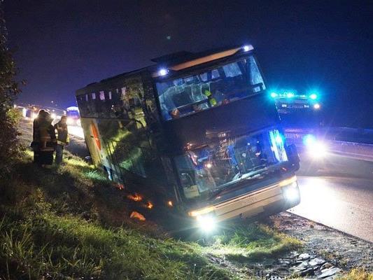 Der Reisebus kam in gefährlicher Schräglage zum Stillstand und droht umzukippen.