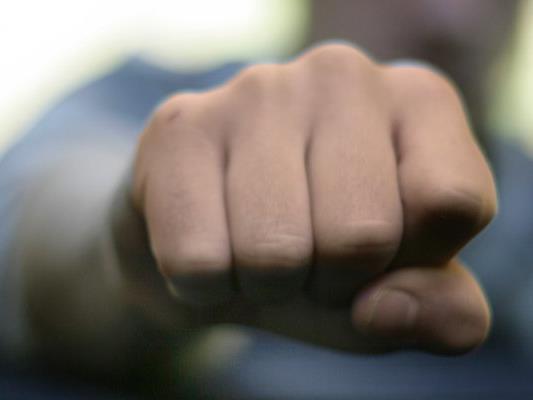 Ein Mann wurde bei dem Streit durch einen Faustschlag schwer verletzt.