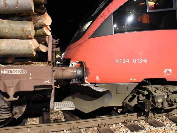 Die S-Bahn prallte in Güterwaggons.