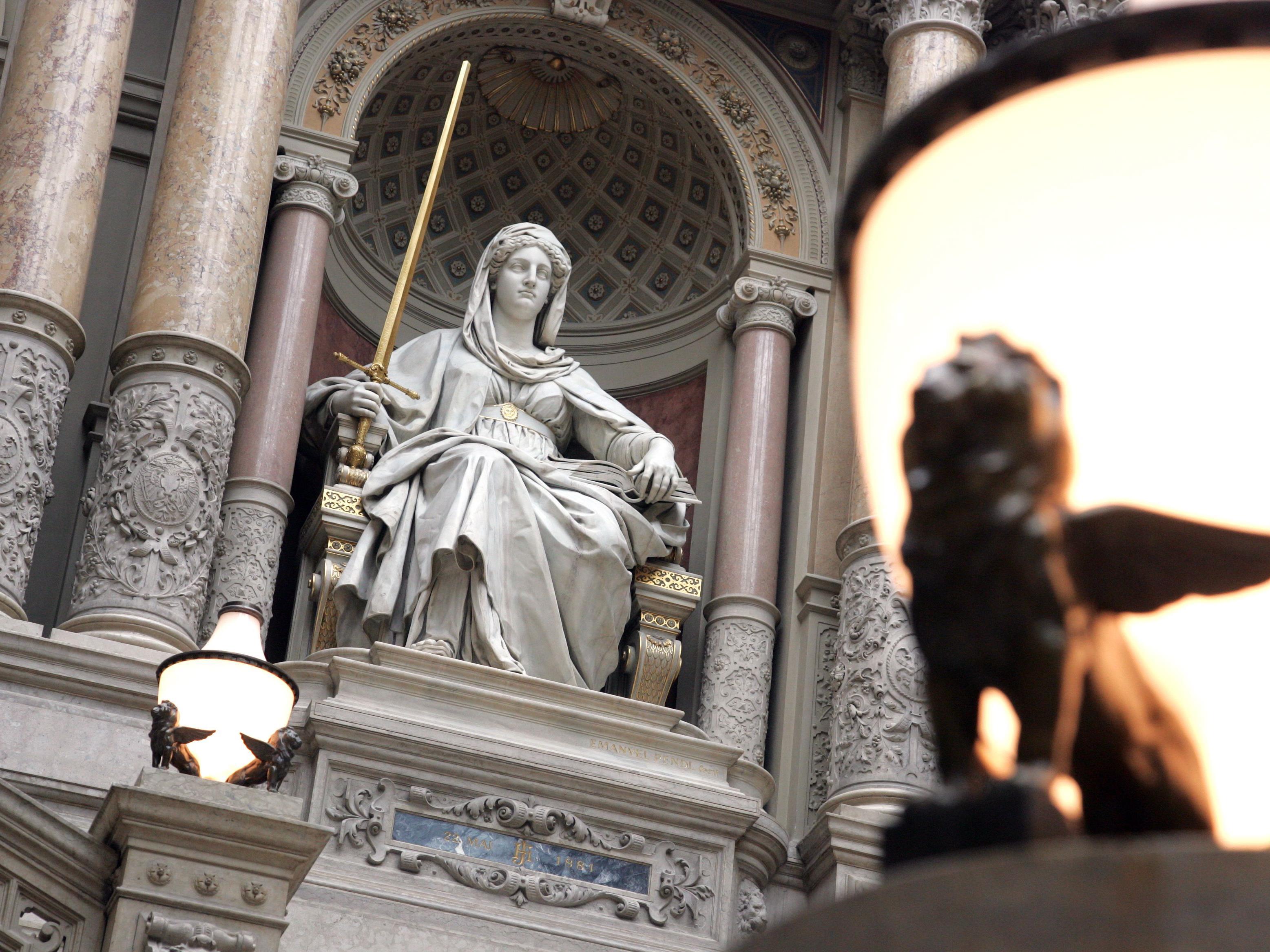 Die Justitia-Statue vor dem Wiener Justizpalast.