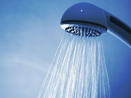 Ein 89-jähriger wurde bewusstlos in der Dusche gefunden