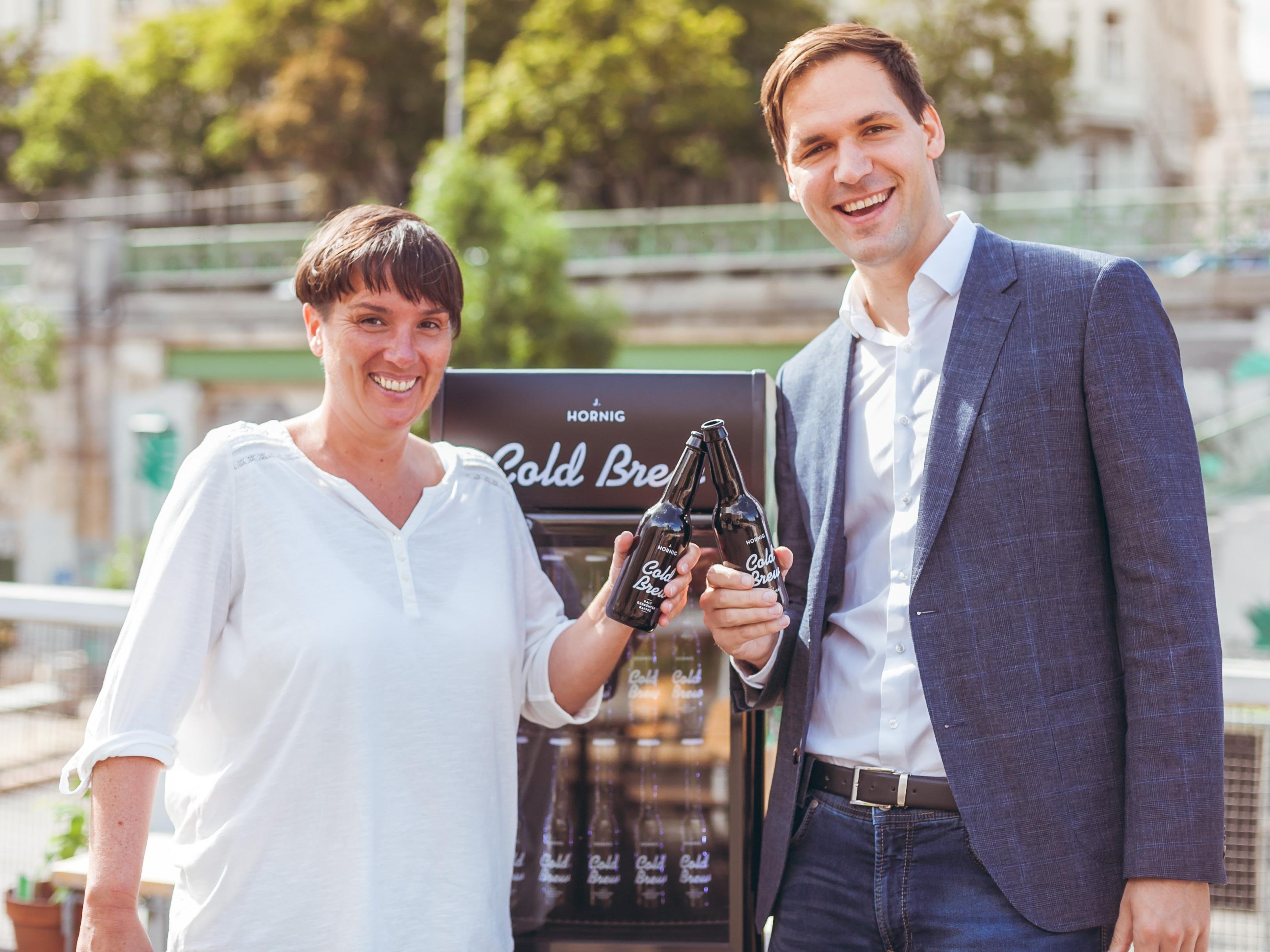 Barbara Bauer und Johannes Hornig bringen J. Hornig nach Wien.