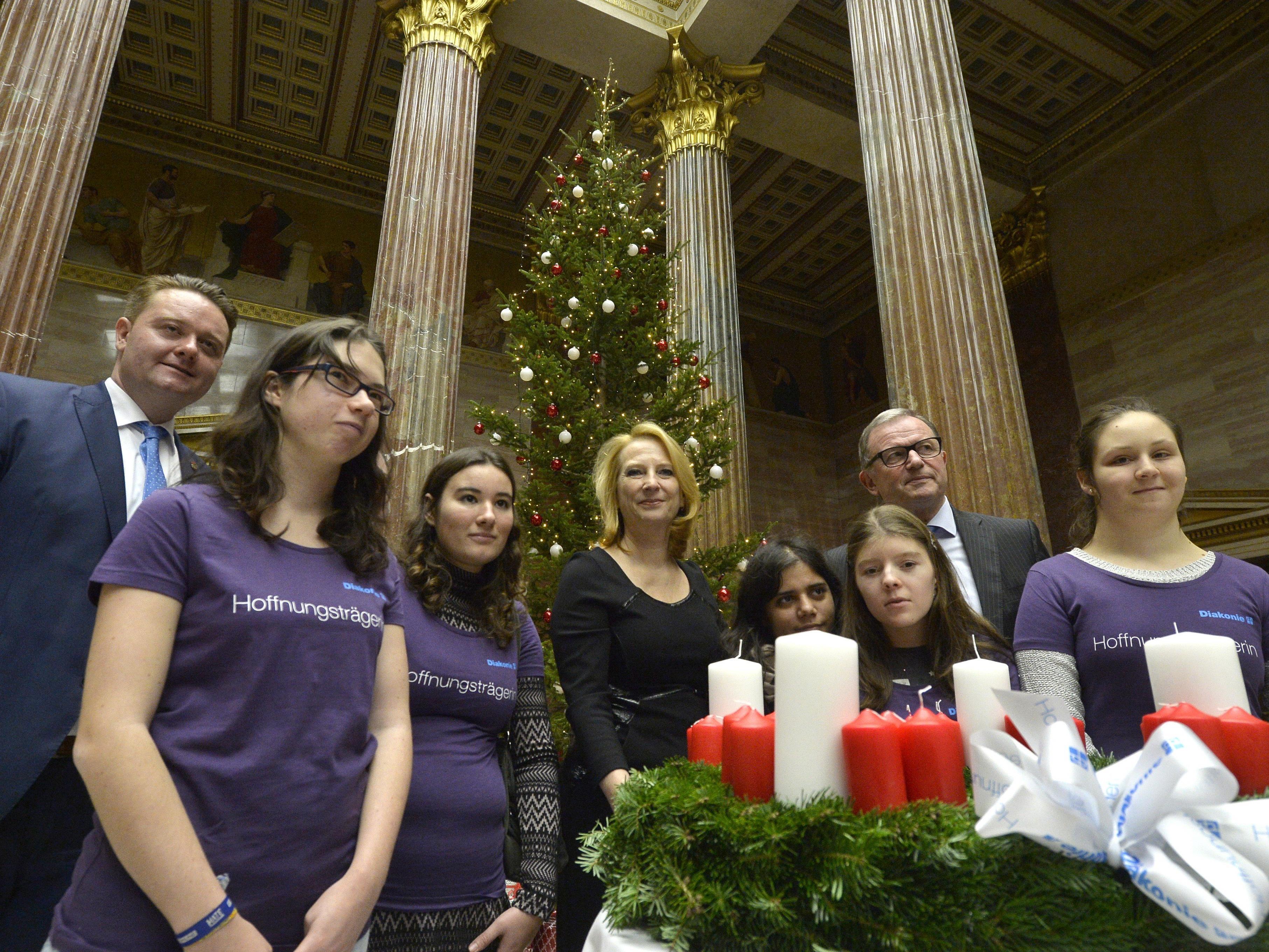 Eine steirische Fichte ist im Wiener Parlament aufgestellt worden