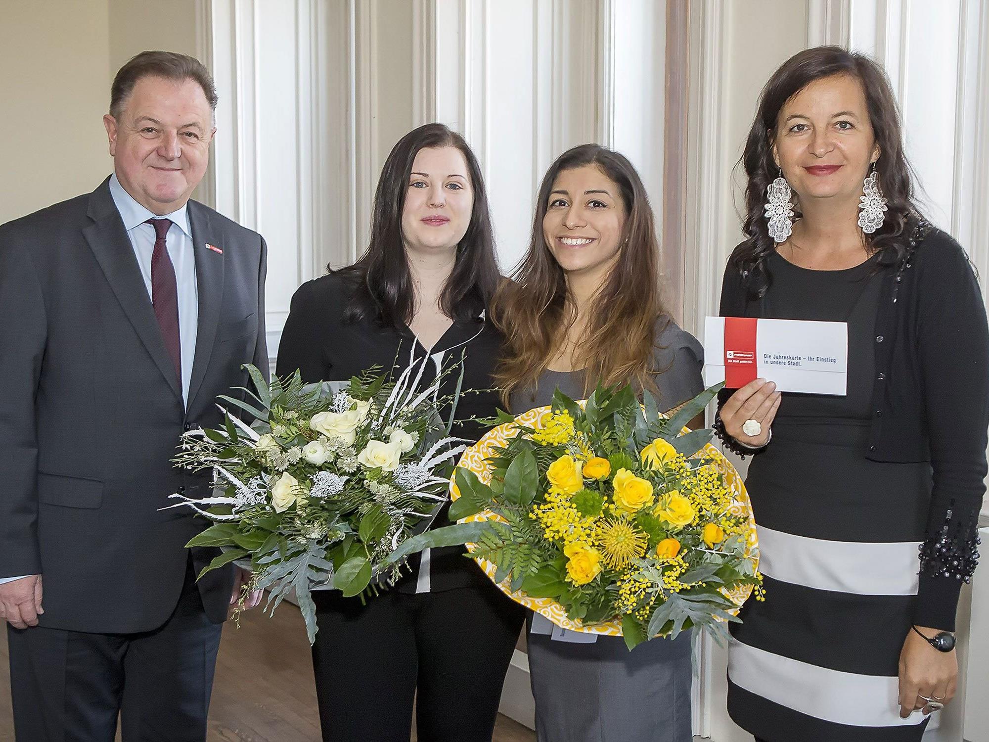 Öffi-Stadträtin Ulli Sima und Wiener-Linien-Geschäftsführer Eduard Winter bedankten sich bei den Lebensretterinnen