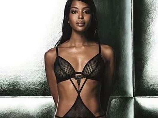 Naomi Campbell (46) hat eine eigene Wäschelinie kreiert und auch gleich selbst präsentiert.