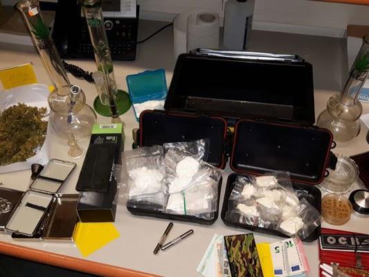 Die Polizei konnte Suchtmittel und Waffen in der Wohnung sicherstellen.