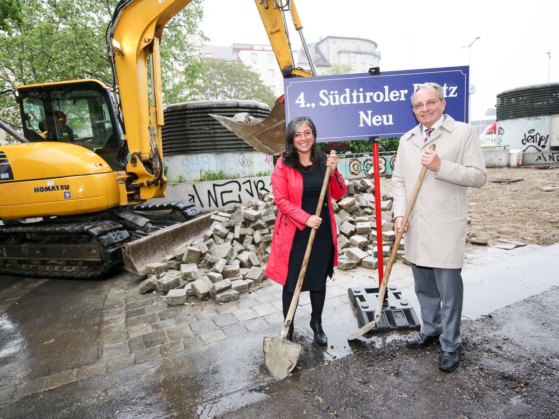 Vzbgm. Maria Vassilakou und der Bezirksvorsteher des 4. Bezirks, Leo Plasch beim Spatenstich für die Neugestaltung des Südtiroler Platzes.