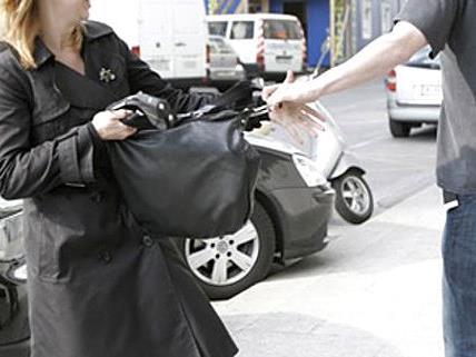 Der Täter konnte mit der Tasche flüchten.