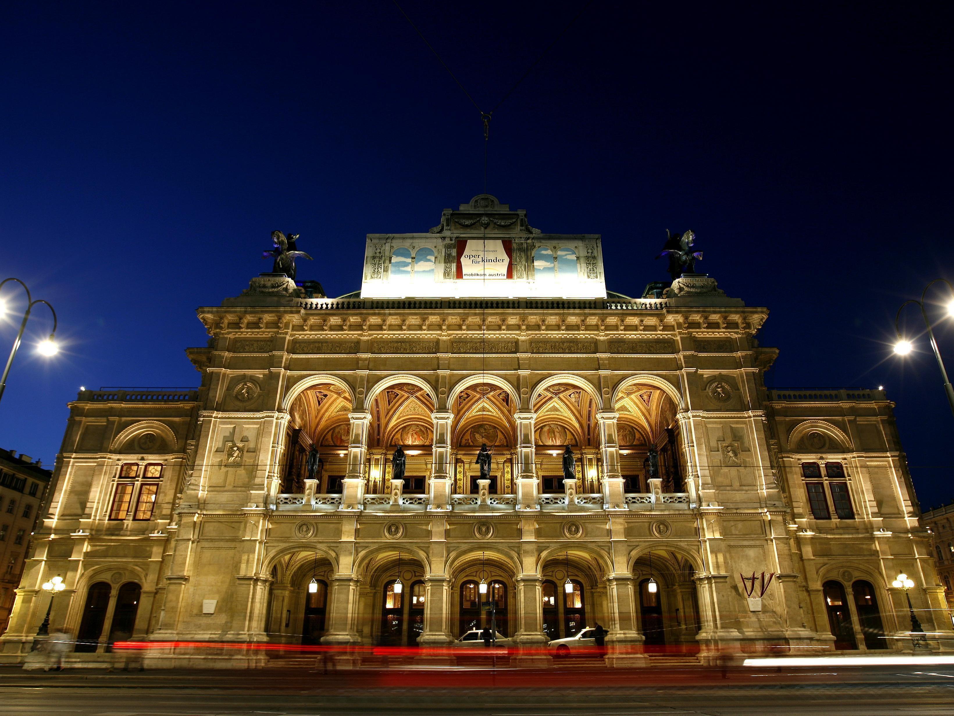 Die Wiener Staatsoper bei Nacht.