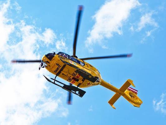 Die schwer verletzte Beifahrerin musste mit dem Notarzthubschrauber ins Krankenhaus geflogen werden.