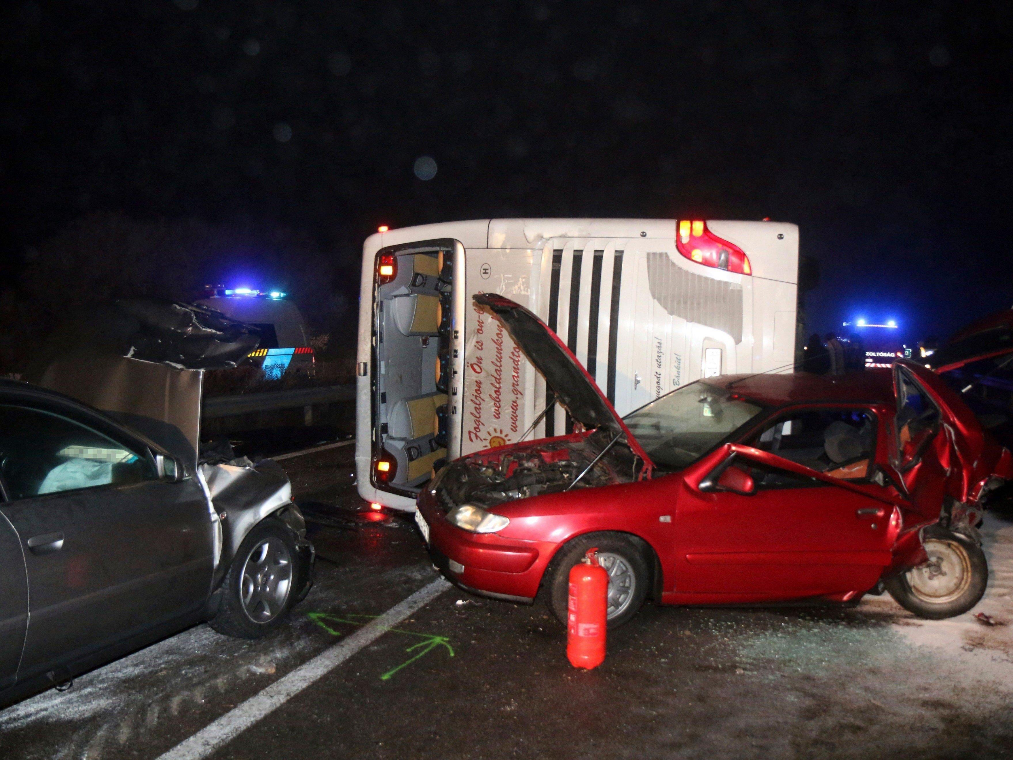 An der Unfallstelle auf der M3 in Ungarn