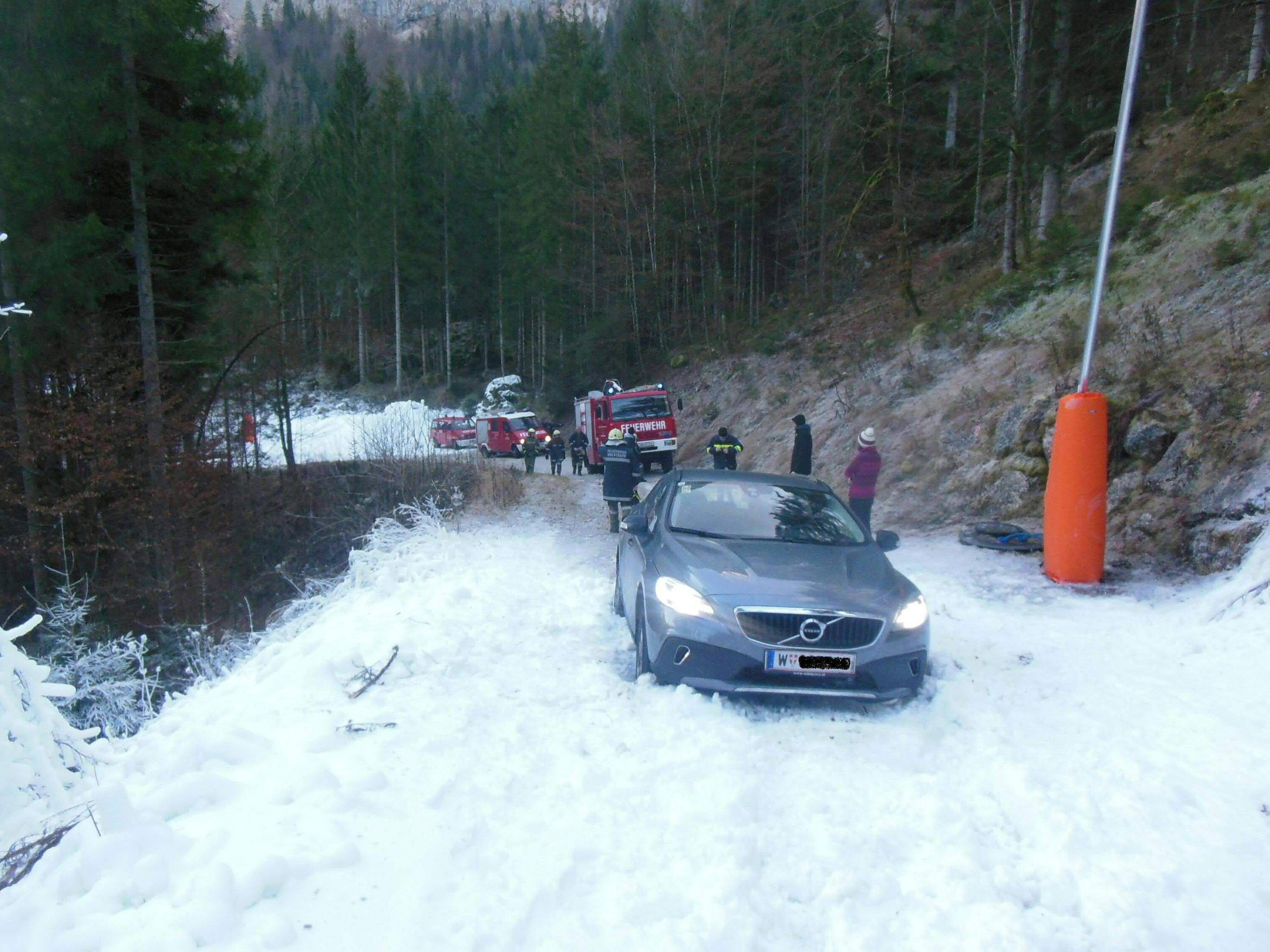 Die Wiener blieben mit ihrem Auto auf der Skipiste stecken.