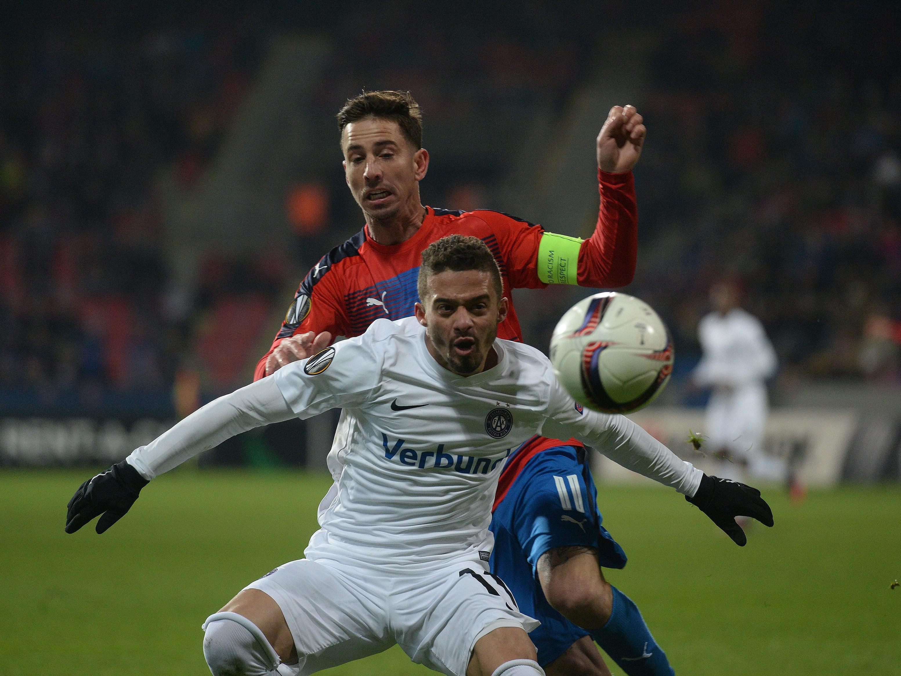 Venuto von FK Austria Wien (vorn) und Milan Petrzela von FC Viktoria Plzen beim EL-Spiel