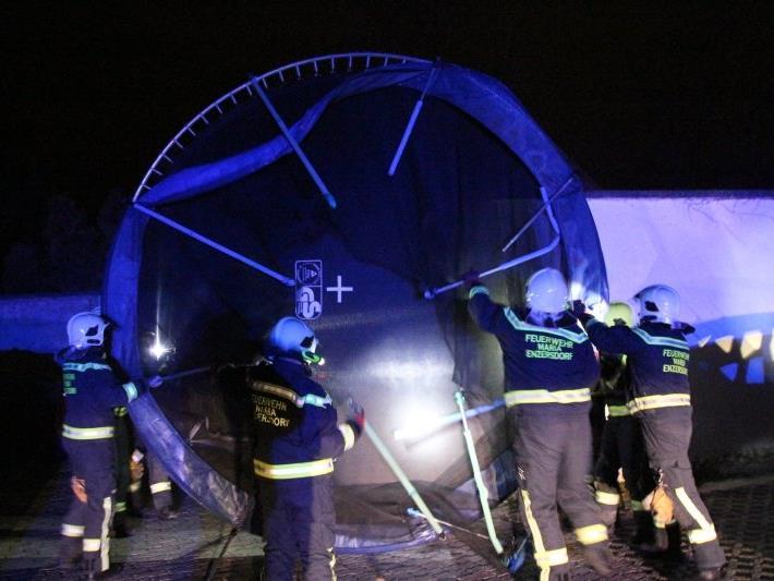 Die Feuerwehr musste unter anderem Trampoline einfangen.