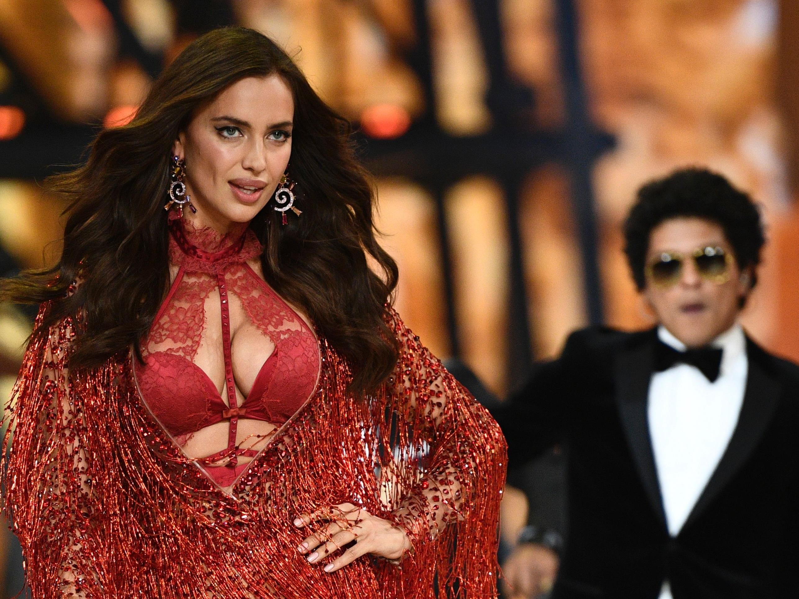Der Bauch von Irina Shayk wurde für die Show von Victoria's Secret auffällig kaschiert.