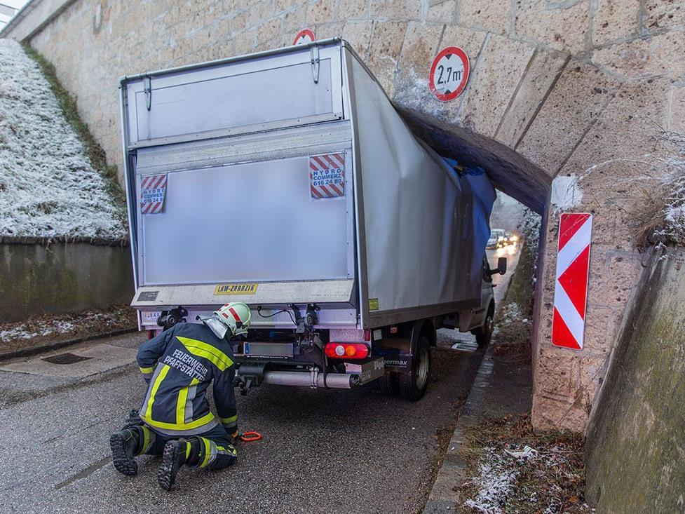 Ein Klein-LKW blieb bei einer Unterführung im Bezirk Baden stecken