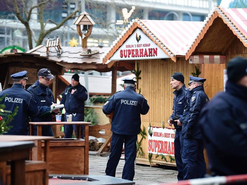 Polizisten am betroffenen Weihnachtsmarkt in Berlin
