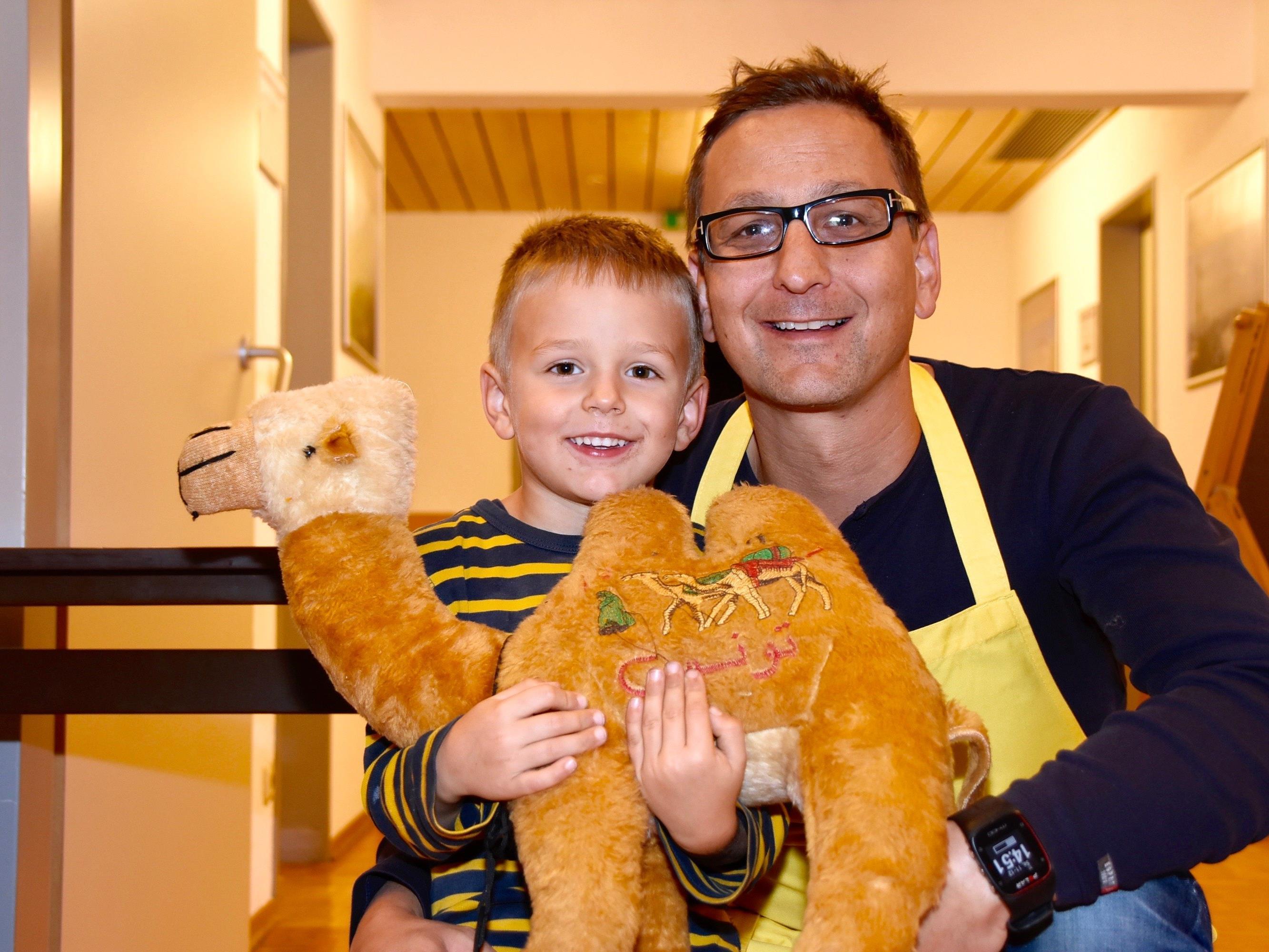 """Joe Tschofen, Mitglied des Lions Club Silvretta, mit Sohn Laurenz im Raum """"Montafon"""" des Haus des Gastes in Schruns."""