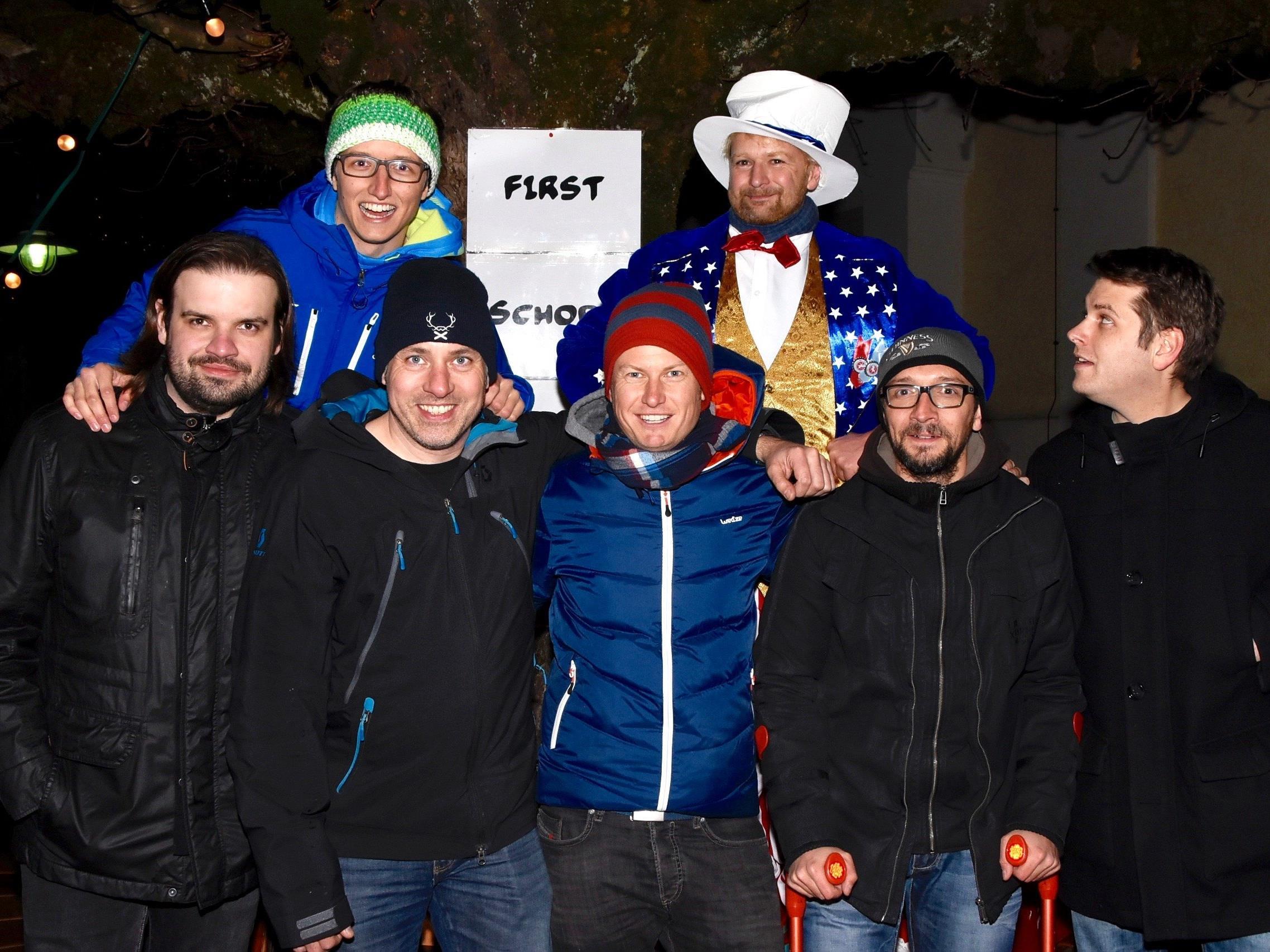 """Mitglieder des Hobby-Fußballvereins """"First Schopf Soccer Team"""", die zum Gelingen des """"Charity-Kränzle"""" am Schrunser Kirchplatz beitragen."""
