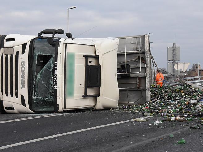 Unfall mit einem mit Altglas beladenen Lastwagen auf der Wiener Südosttangente.