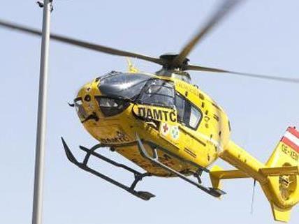 Der lebensgefährlich verletzte Mann wurde per Rettungshubschrauber ins Spital gebracht.