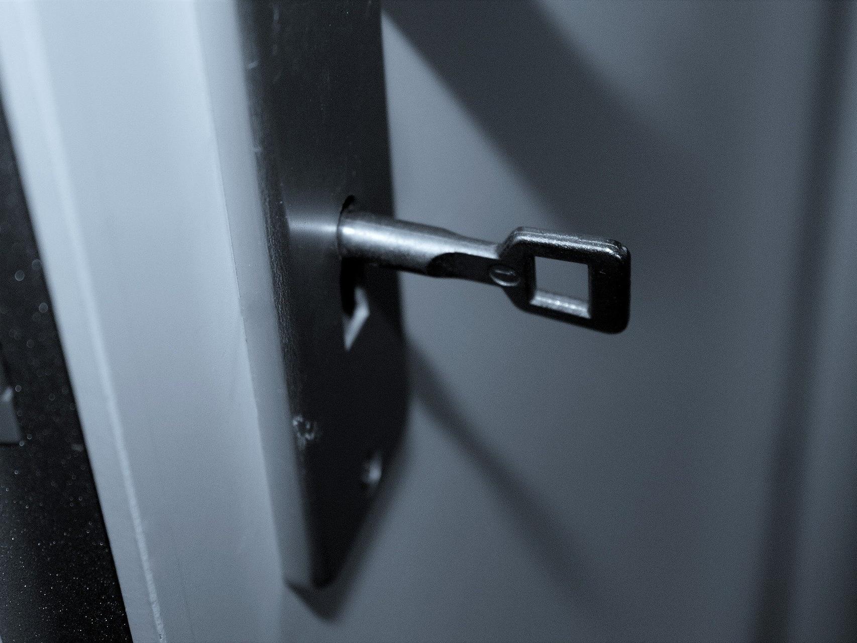 Beim Aufsperren seiner Wohnungstür überraschte der Mann die Einbrecher.