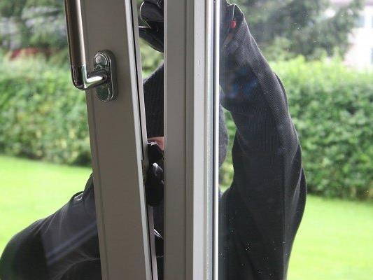 Die Einbrecher kamen durch die gläserne Eingangstüre