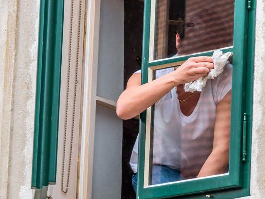 Eine 18-Jährige ist beim Fensterputzen in Wien-Fünfhaus verunglückt