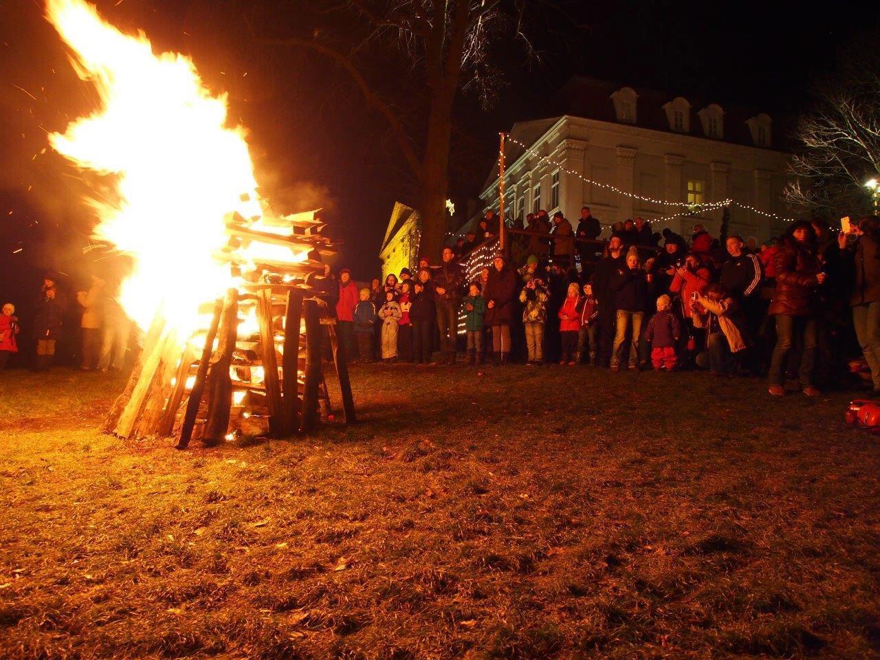 Beim Weihnachtsfeuer am Weihnachtszauber Wilhelminenberg