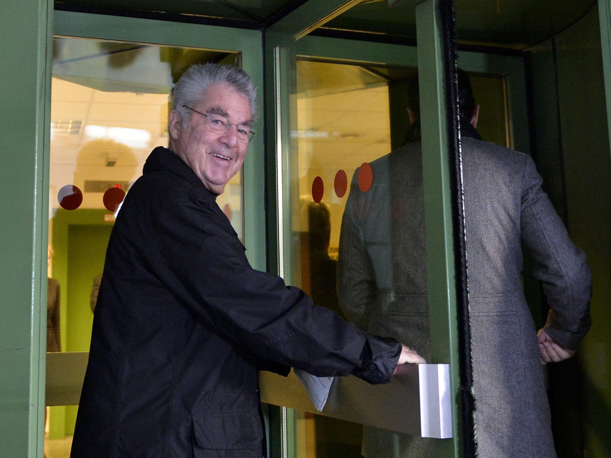 Altbundespräsident Heinz Fischer am Sonntag vor einem Wahllokal in Wien