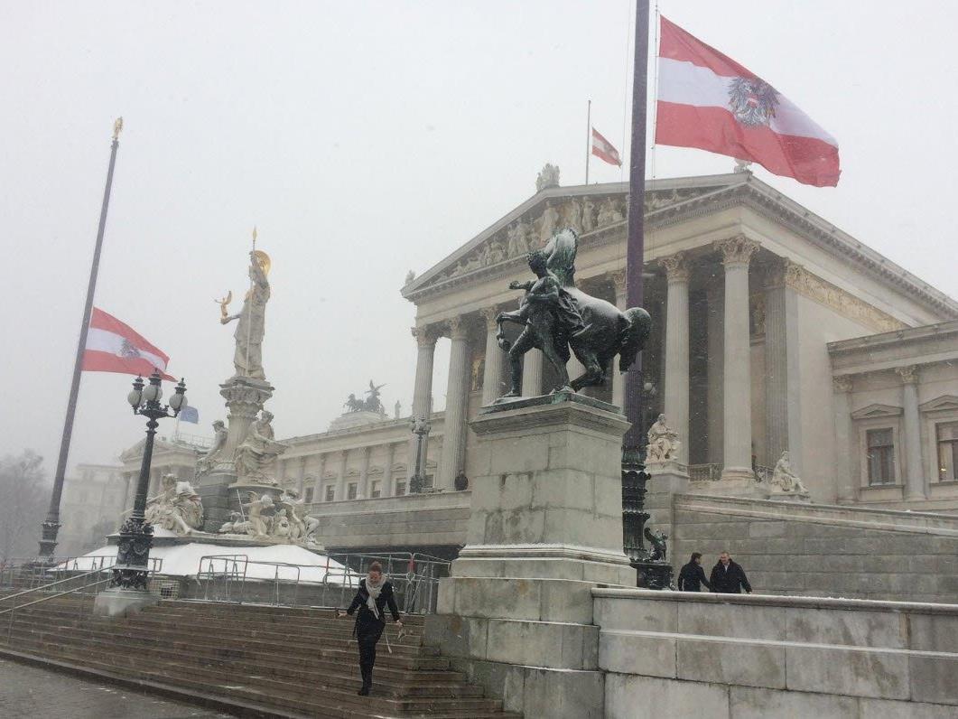 Die Flaggen am Parlament hängen derzeit auf Halbmast